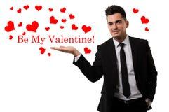 Knappe kerel die liefde in de vorm van rode harten verzenden Stock Foto