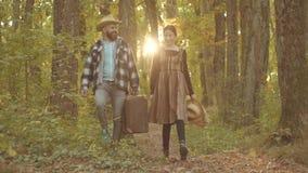 Knappe kerel en jonge vrouwen retro reis De herfstpaar met herfststemming Hello-de herfst Avontuur en vakanties stock videobeelden