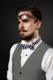 Knappe kerel met baard en snor in kostuum Stock Foto's