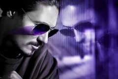 Knappe kerel in zonnebril met bezinning Modieus ultraviolet artistiek beeld Samengesteld beeld met zwart-wit stock afbeelding