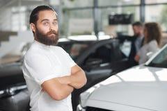 Knappe klant van het autohandel drijven het stellen royalty-vrije stock foto
