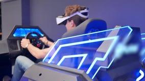 Knappe kroezige Kaukasische kerel die een auto in virtuele werkelijkheid berijden Aantrekkelijk, onwerkelijk neon, auto, spel, he stock video