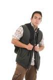 Knappe Latijnse mens die rugzak en vest dragen stock afbeelding