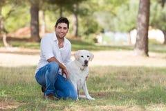 Knappe Latijnse mens met de oude hogere hond van Labrador Royalty-vrije Stock Afbeeldingen