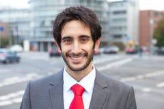 Knappe Latijnse zakenman met baard in de stad Stock Afbeeldingen