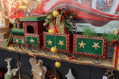 Knappe locomotief op de teller onder het Kerstmisspeelgoed stock afbeeldingen