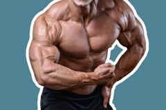 Knappe machts atletische mens die op dieet omhoog pompend spieren opleiden Royalty-vrije Stock Foto's