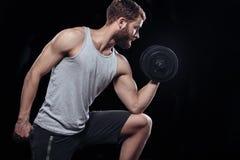 Knappe machts atletische mens met domoor Royalty-vrije Stock Afbeeldingen
