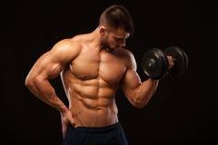 Knappe machts atletische mens met domoor die vol vertrouwen vooruit eruit zien De sterke bodybuilder met zes pakt, perfectioneert Stock Afbeelding