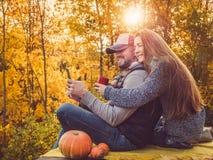 Knappe man en modieuze vrouw die een telefoon houden stock foto's