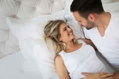 Knappe man en mooie vrouw die romantische tijden hebben royalty-vrije stock fotografie