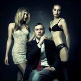 Knappe man en twee vrouwen Stock Afbeeldingen