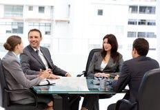 Knappe manager die tijdens een vergadering lacht Royalty-vrije Stock Foto