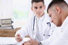 Knappe mannelijke geneeskunde arts met royalty-vrije stock foto
