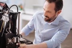 Knappe mannelijke ontwerper die met 3d technologie werken Stock Foto