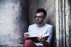 Knappe mannelijke student met het boek van de baardlezing Kennis, educa royalty-vrije stock afbeeldingen