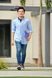 Knappe Mannelijke Student Walking On Campus stock fotografie