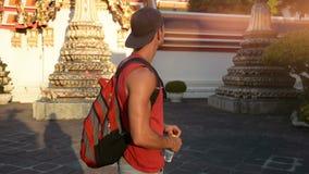 Knappe mannelijke toerist in Groot Paleis, Bangkok stock footage