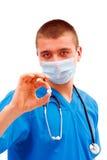 Knappe medische arbeider met pil Stock Foto's