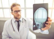 Knappe medische arts Stock Afbeeldingen