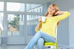 Knappe meisjeszitting op stoel stock afbeelding