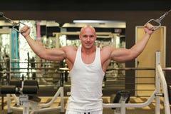 Knappe mens bij de gymnastiek, die bij camera stellen Royalty-vrije Stock Foto