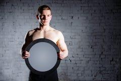 Knappe mens in de gymnastiek Het concept succes en voltooiing van doelstellingen, resultaten royalty-vrije stock foto's
