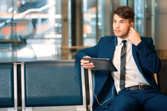 Knappe mens in de luchthaven Royalty-vrije Stock Foto