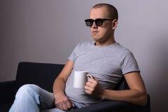 Knappe mens die in 3d glazen op bank en het letten op film zitten Royalty-vrije Stock Foto's
