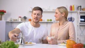Knappe mens die gebrouwen koffie gieten aan jonge dame, energieverhoging in ochtend stock footage