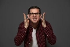 Knappe mens die het toevallige doek stellen in studio dragen royalty-vrije stock fotografie