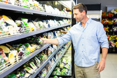 Knappe mens die kruidenierswinkel het winkelen doen royalty-vrije stock afbeeldingen