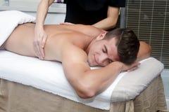 Knappe mens die massage in kuuroord krijgen Stock Foto
