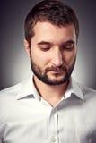 Knappe mens die met baard neer kijken Royalty-vrije Stock Afbeelding