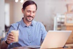 Knappe mens die met computer werken royalty-vrije stock afbeelding