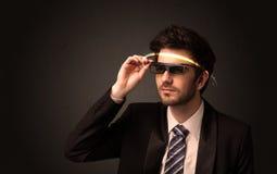 Knappe mens die met futuristische high-tech glazen kijken stock afbeeldingen