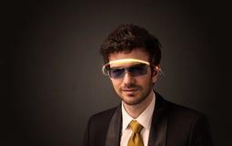 Knappe mens die met futuristische high-tech glazen kijken stock foto's
