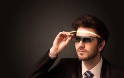 Knappe mens die met futuristische high-tech glazen kijken stock fotografie