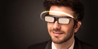 Knappe mens die met futuristische high-tech glazen kijken vector illustratie