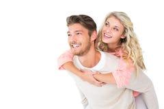 Knappe mens die op de rug aan zijn meisje geven Royalty-vrije Stock Foto's