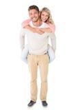 Knappe mens die op de rug aan zijn meisje geven Stock Afbeeldingen