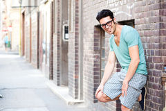 Knappe mens die op de straat glimlacht Royalty-vrije Stock Foto's