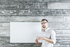 Knappe mens die op whiteboard richten Stock Afbeelding
