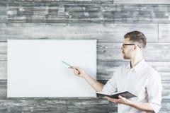 Knappe mens die op whiteboard richten Stock Foto