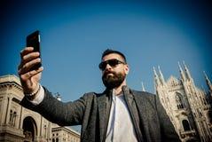 Knappe mens die selfie in Milaan nemen Stock Afbeelding