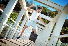 Knappe mens die van de zomer in een tropische plaats genieten Royalty-vrije Stock Foto's
