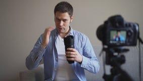 Knappe mens die videoblog maken stock video