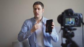 Knappe mens die videoblog maken stock footage