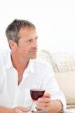 Knappe mens die wat rode wijn drinkt Royalty-vrije Stock Fotografie
