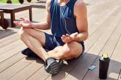 Knappe Mens die Yoga in Zonlicht doen royalty-vrije stock foto